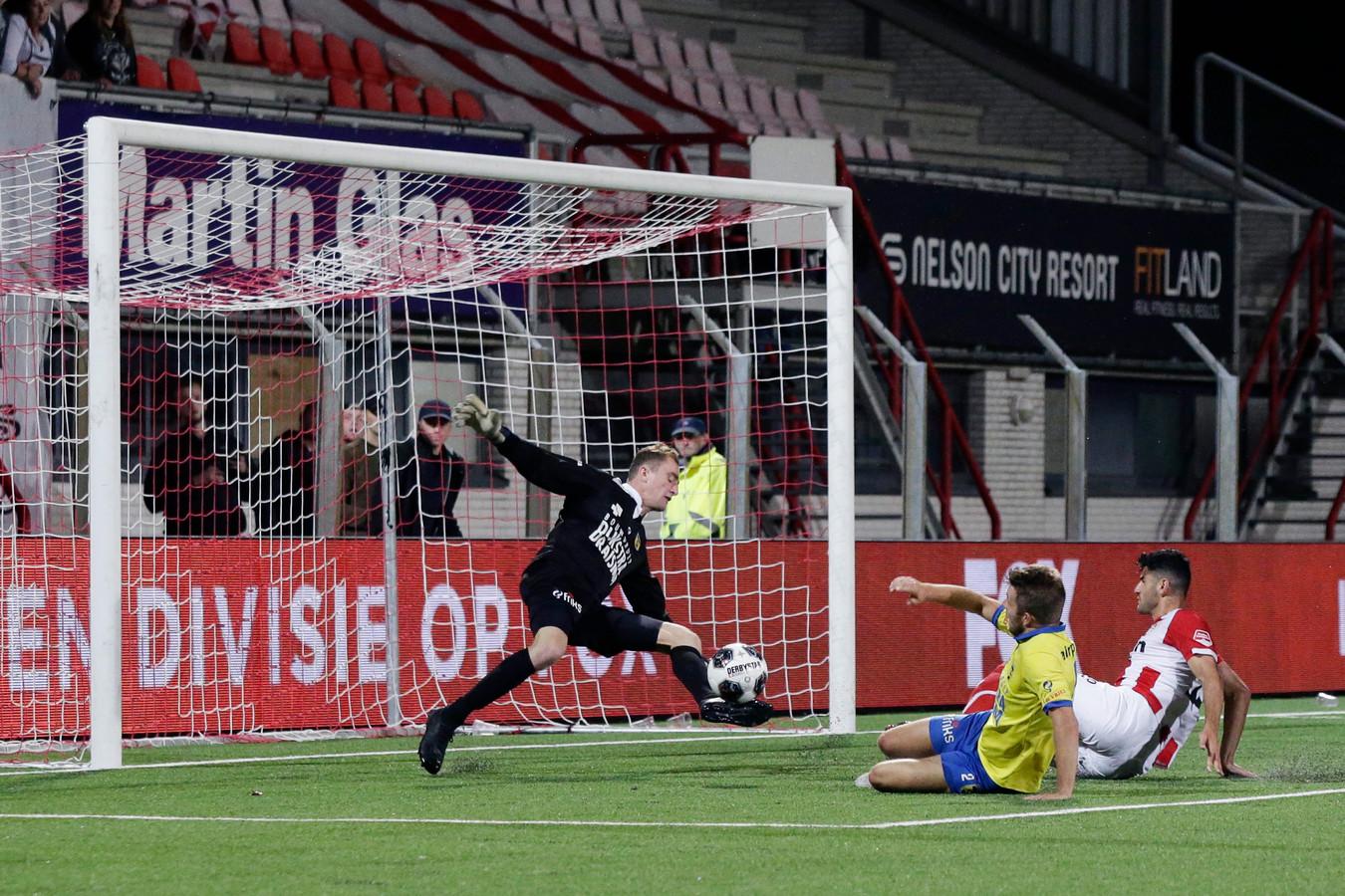 In Oss zijn ze het wel gewend: spectaculaire reddingen van Xavier Mous, die inmiddels voor Cambuur speelt.
