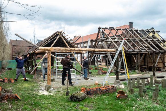De Scoutsvrienden zijn volop bezig met de heropbouw van de drie droogloodsen.