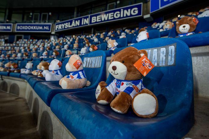 Geen supporters vanwege de aangescherpte corona-maatregelen, maar 15 duizend knuffelberen met voetbalshirt op de tribunes voor aanvang