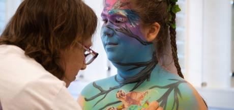 Bodypainten in Oosterhout: 'Onder de douche is het mooi om alle kleuren te zien wegspoelen'
