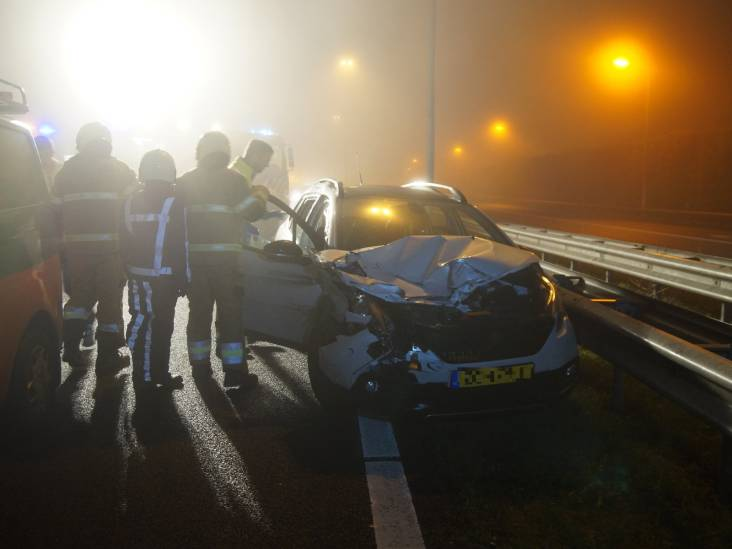 Zes auto's botsen in de mist tegen elkaar op A59 bij Vlijmen en veroorzaken file