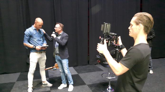 Maikel Aerts (links) nam het eerste boek in ontvangst uit handen van mental coach Marco Hoogerland.