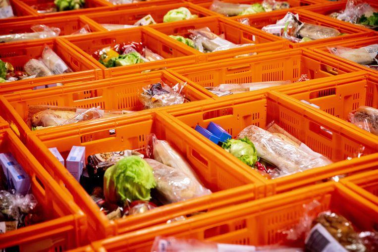 Volle voedselpakketten in een distributiecentrum van een voedselbank.