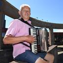 Wiel van Loosbroek met zijn accordeon. Zo lang hij er plezier in heeft, blijft hij spelen.