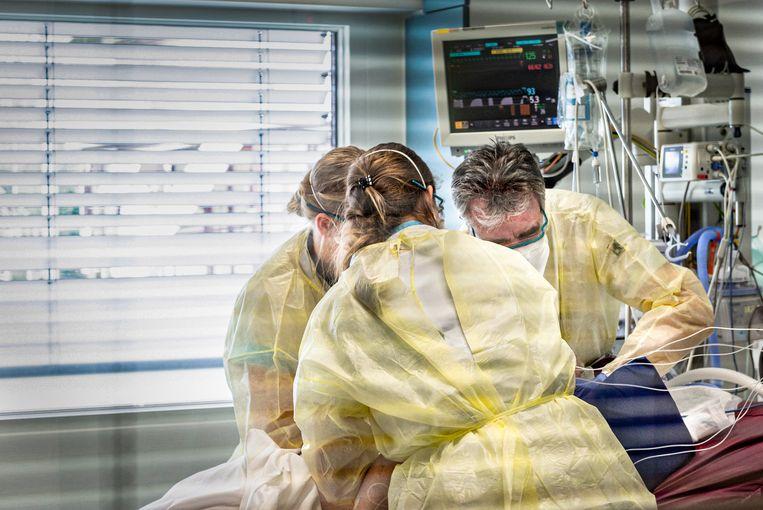 Artsen van het ETZ in Tilburg behandelen een coronapatiënt.  Beeld Hollandse Hoogte / Koen Verheijden