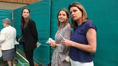 """Goedele Liekens naar stembureau met dochters Céleste en Merel: """"Mijn stem is helemaal weg, maar ik hoop er duizenden in de plaats te krijgen"""""""