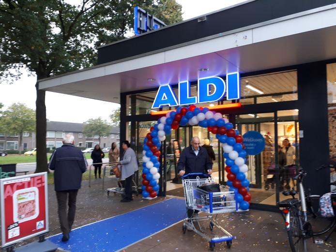 De verbouwde Aldi in winkelcentrum Heihoek in Oss is woensdagochtend heropend.