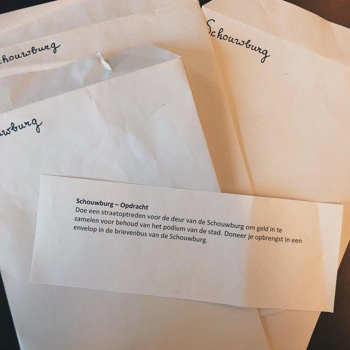 Deze gevulde enveloppen zaten vanmorgen in de brievenbus van de  Deventer Schouwburg. Die wil graag weten wie erachter dit initiatief zit.
