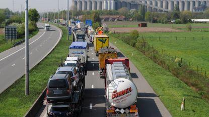 Het verkeerde slachtoffer gekozen: agressieve chauffeur viseert BMW op R4... met agent aan het stuur