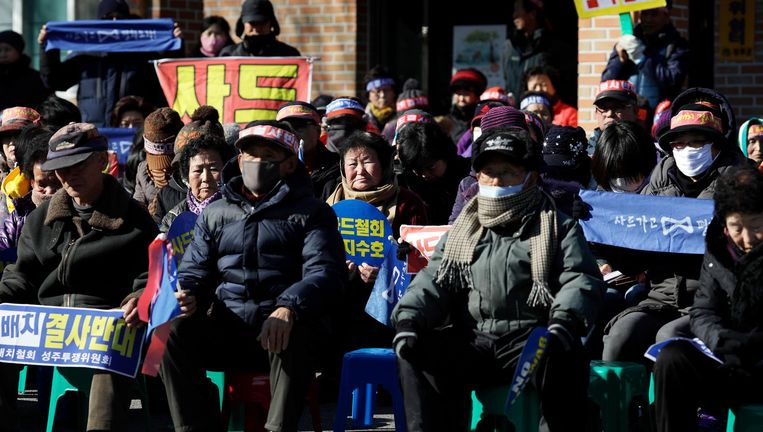 Er komt maar weinig verkeer door Soseong en het is ijzig koud, maar toch houden vier bejaarde vrouwen buiten voor het dorpshuis een protestbord omhoog. Beeld