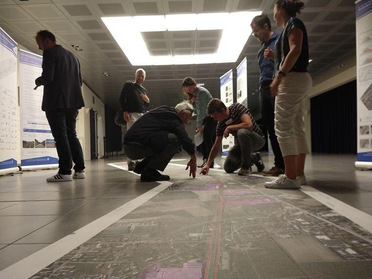Blikvanger was de 15 meter lange luchtfoto van de spoorweg van Kortrijk tot Waregem, die als een vloersticker op de grond is gekleefd.