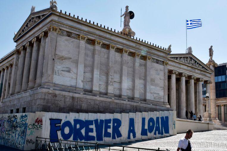 """Graffiti op een muur in Athene die verwijst naar de Griekse schuld: """"Voor altijd een lening."""""""