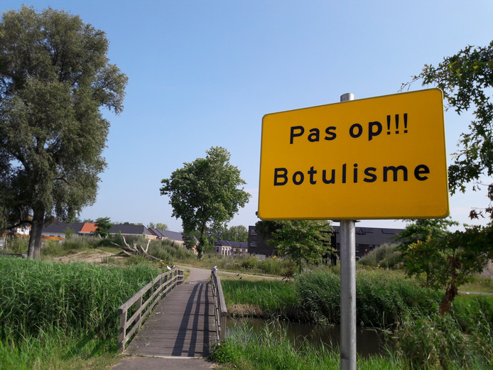 De gemeente waarschuwt sinds een paar dagen met opvallende gele borden bij het Venenpark. Volgende week gaat het kwik naar rond de 30 graden. Botulisme floreert bij hoge temperaturen.