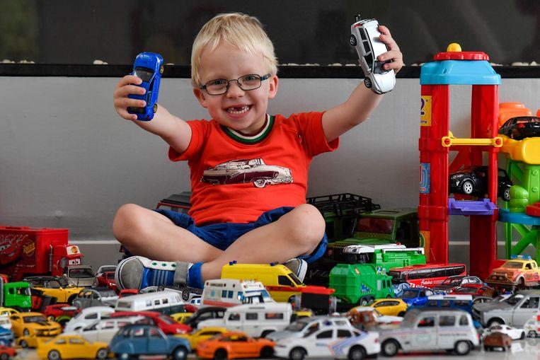 De vierjarige Arend Baert tussen zijn meer dan vijfhonderd speelgoedautootjes.