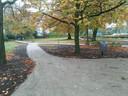 De tuin achter Park Stanislaus in Moergestel grenst aan het parkeerterrein waar seniorenwoningen zouden kunnen komen.