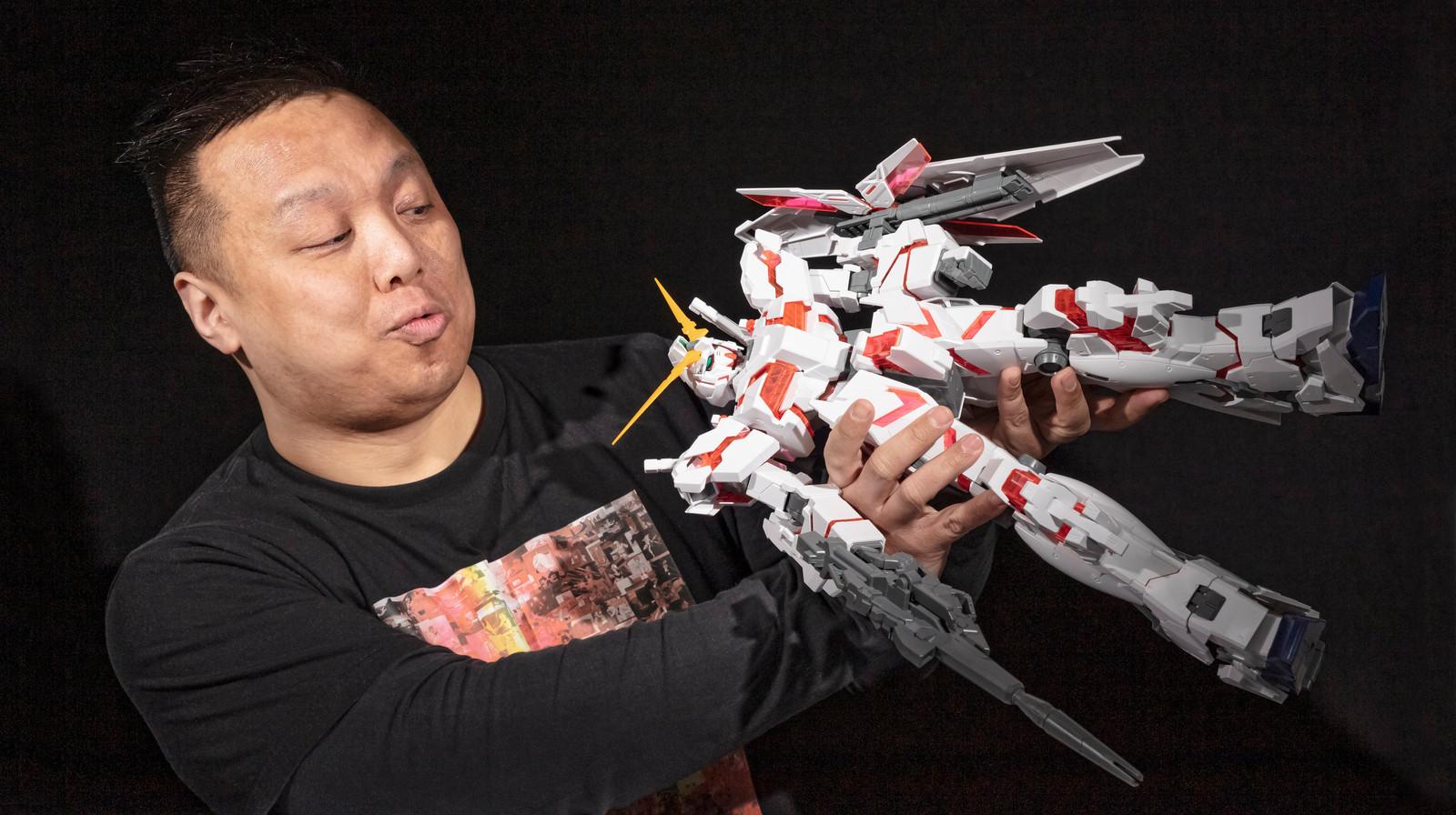 Siu Ming Liu met de nieuwste Gunpla-robot. ,,Ik heb robots altijd al leuk gevonden. Ik ben ermee opgegroeid.''