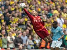 Gomes krijgt bij afscheid pak op de broek van Manchester City van Zinchenko