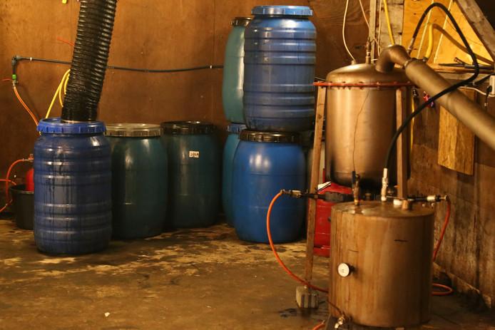 Niet bepaald een 'clean' laboratorium werd aangetroffen in de Zeelandse schuur.