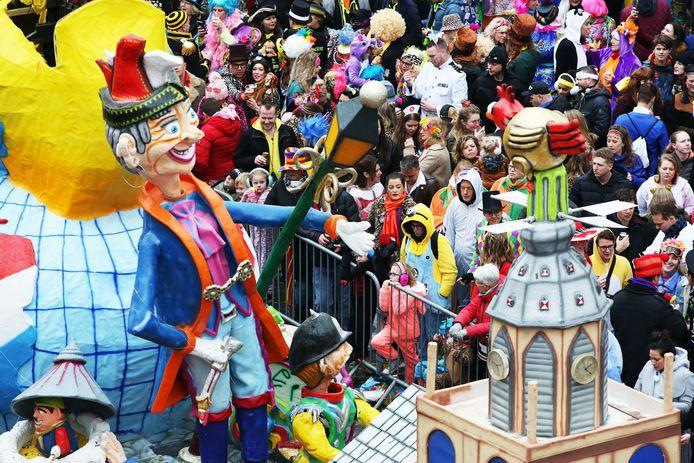 Publiek op de Grote Markt tijdens de optocht van Kielegat dit jaar.