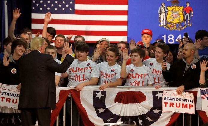 Donald Trump vraagt zijn jonge aanhangers om te beloven geen drugs en weinig alcohol te zullen gaan gebruiken.