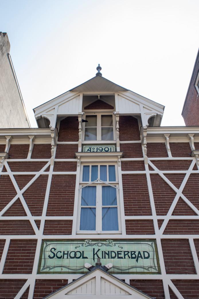 Op 27 juli stonden we voor het voormalige Schoolkinderbad uit 1901 in de Frederik Hendrikstraat, waar buurtkinderen eenmaal per week gratis konden douchen. Winnaar is Mariëtte Mathijssen.