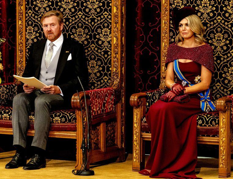 Koning Willem-Alexander leest, met aan zijn zijde koningin Máxima, de troonrede voor op Prinsjesdag aan leden van de Eerste en Tweede Kamer in de Ridderzaal. De Nederlandse ontwerper Jan Taminiau mocht Máxima al voor de derde keer kleden op Prinsjesdag.