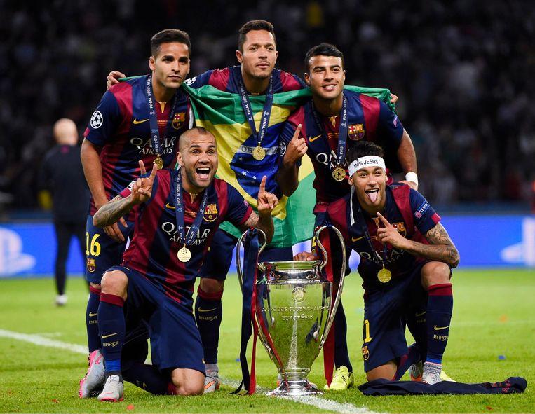 Adriano, centraal bovenaan, met zijn Braziliaanse ploegmaats bij Barcelona nadat ze in 2015 de Champions League wonnen. U herkent ook Douglas, Rafinha, Dani Alves en Neymar Jr.
