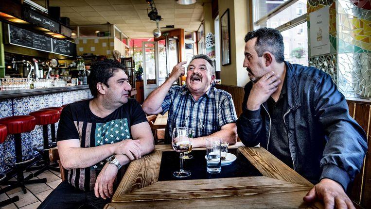 Centra-chef Jesús Calo en obers Pedro Baena en Rafael Merchan (vlnr) aan tafel in Spaans restaurant Duende Dos Beeld Jean-Pierre Jans