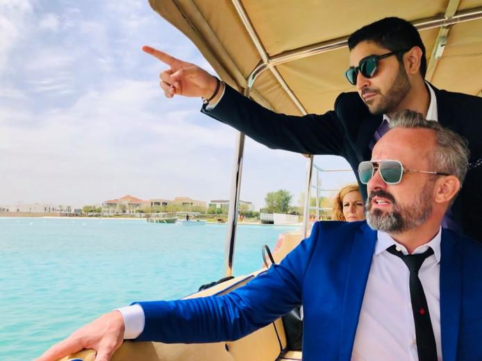 Patrick Janssen, op de voorgrond, bezoekt de locatie voor een nieuwe Wipeout in Dubai.