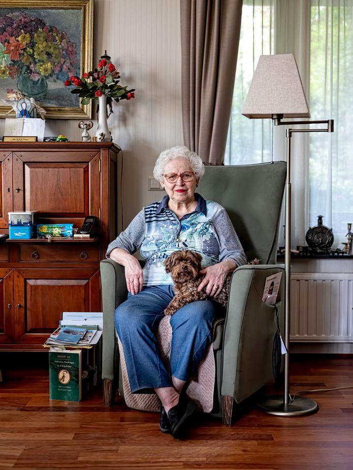 Alice Engel-Bobacher, thuis in Hoevelaken, met hondje Happy. ,,Die Jappen waren zó wreed.''
