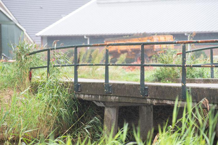 De gemeente Hardenberg gaat de brug aan de Toeslagweg in Loozen niet vervangen, maar renoveren. Daarbij wordt de versleten betonnen brug voorzien van een laag composiet die tientallen jaren meegaat.