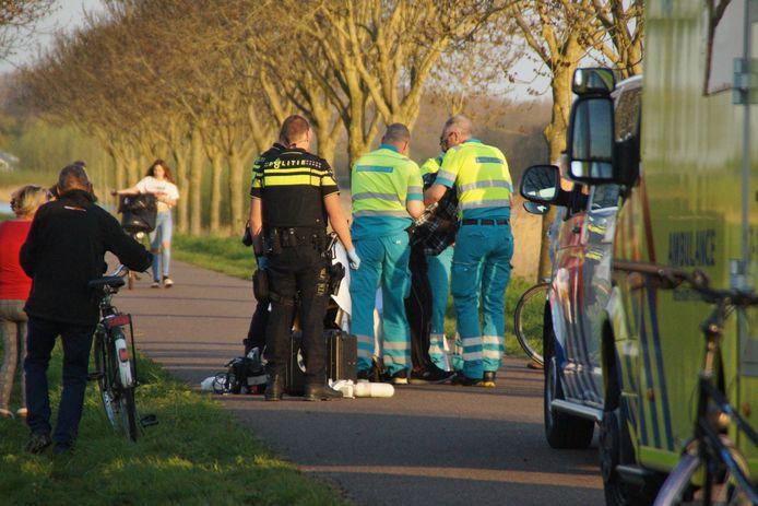 Een wandelaar raakte donderdagavond zwaargewond toen hij met de fiets viel.