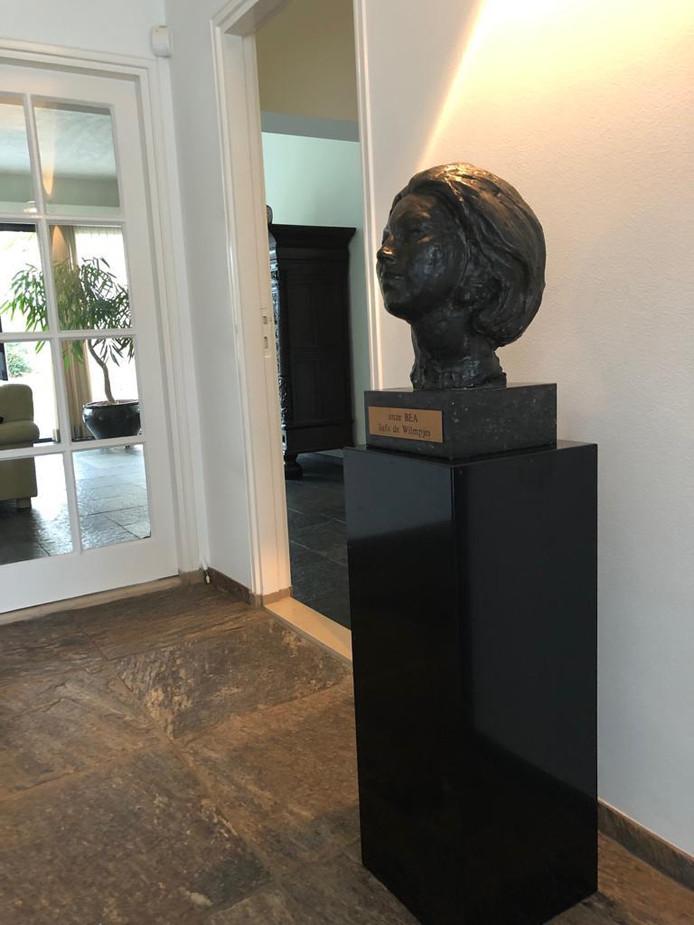 De nieuwe stek van het bronzen beeld.