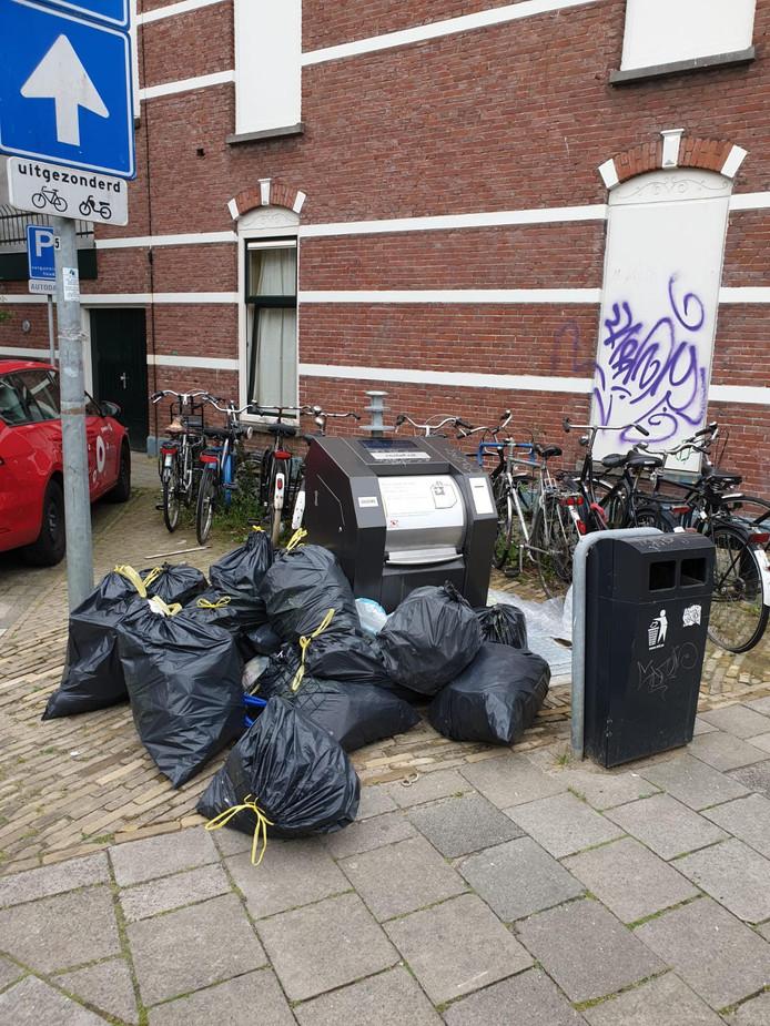 Een herkenbaar beeld: zwerfvuil bij ondergrondse afvalcontainers in Utrecht. Op de foto: containers in Vogelenbuurt.