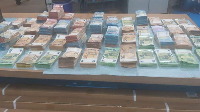 Politie vond 1,2 miljoen euro in een bestelauto van een Belg.