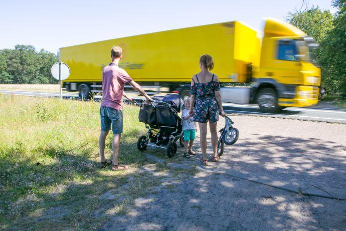 Een vakantie vierend gezin steekt over met kinderwagen en een kleine stevig aan de hand. Ze vinden de omgeving prachtig, maar deze oversteek is een afknapper.