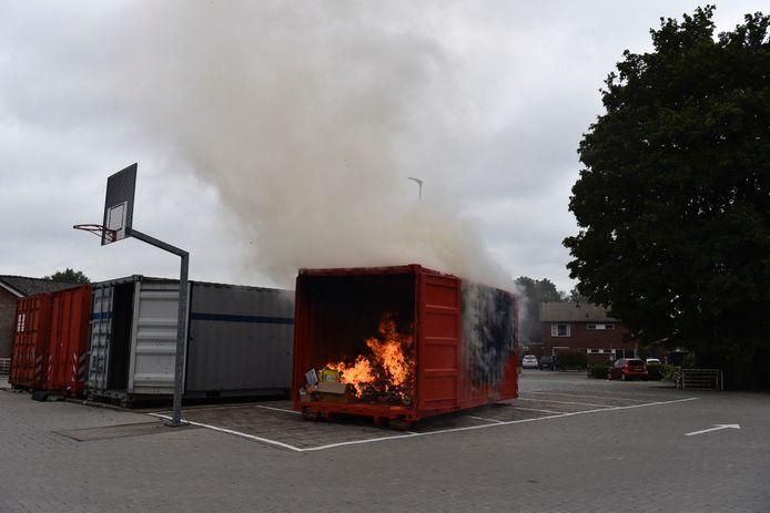 Een container met oud papier vloog in brand in Vriezenveen.