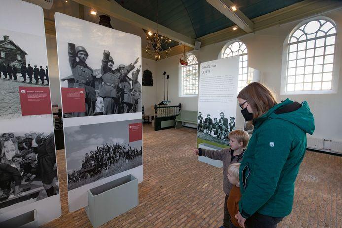Enkele bezoekers bezoeken nog snel de tentoonstelling in Museum Schokland voordat het museum de komende weken gedwongen gesloten is.