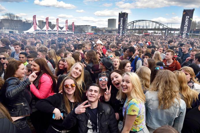 Een grote mensenmenigte op de been bij de Dancetour, in het zicht van de John Frostbrug.