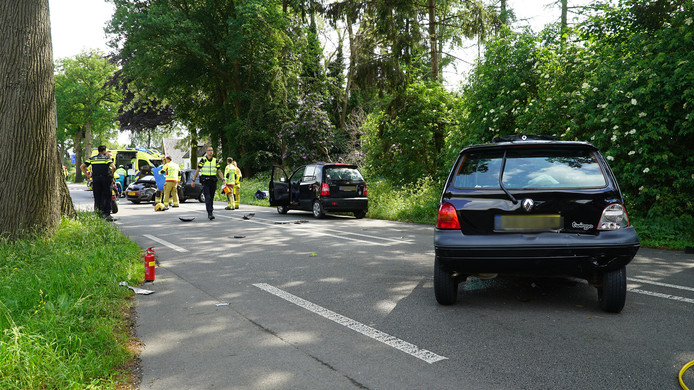 De zwarte Renault Twingo zou naar verluidt eerst van achteren zijn geraakt, waarna de auto op de andere weghelft terechtkwam en daar in botsing raakte met een tegemoetkomende auto.