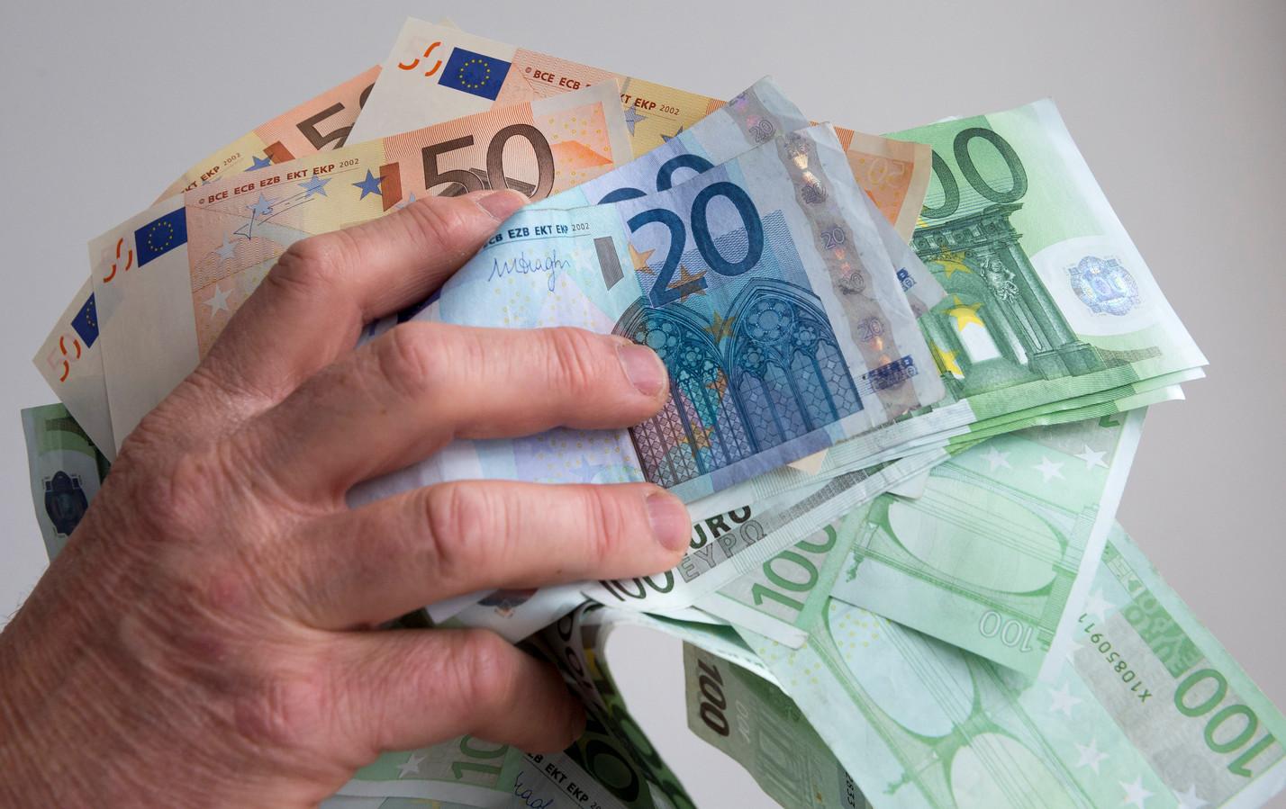 Bij huiszoekingen in vijf panden nam de politie maar liefst 12,8 miljoen euro aan contant geld in beslag.