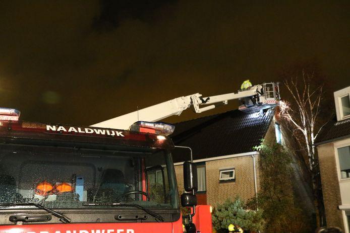 In het dak van de woning is een groot gat ontstaan.