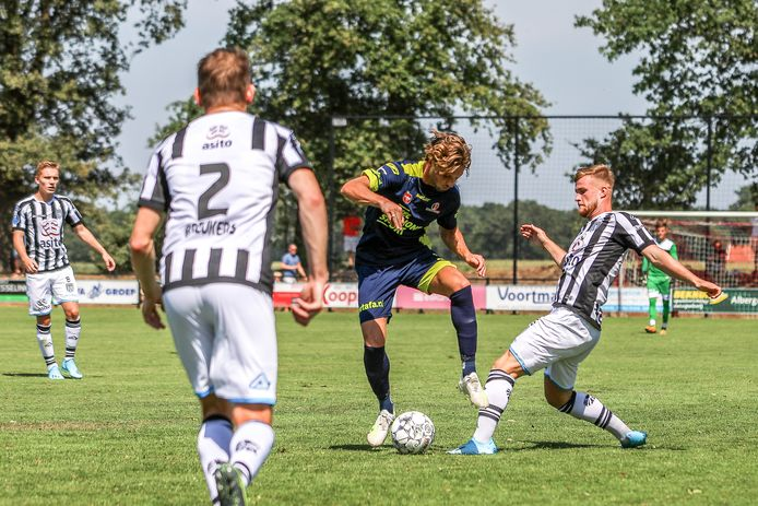 Orhan Dzepar (middenvelder Helmond Sport) tussen JOey Konings en Tim Breukers van Heracles.