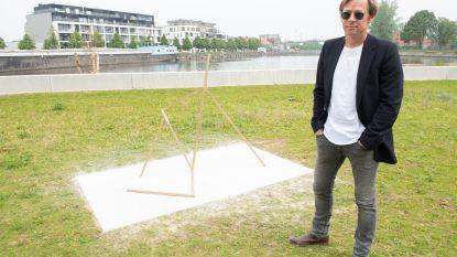 """UPDATE. Kunstenaar reageert ludiek op protest van buren. """"Ik ben de Primark niet"""""""