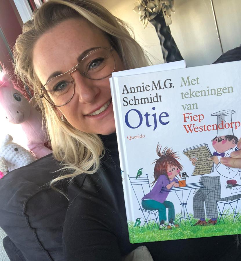 Elzemieke leest kinderen in coronatijd voor uit het bekende boek Otje van Annie M.G. Schmidt.