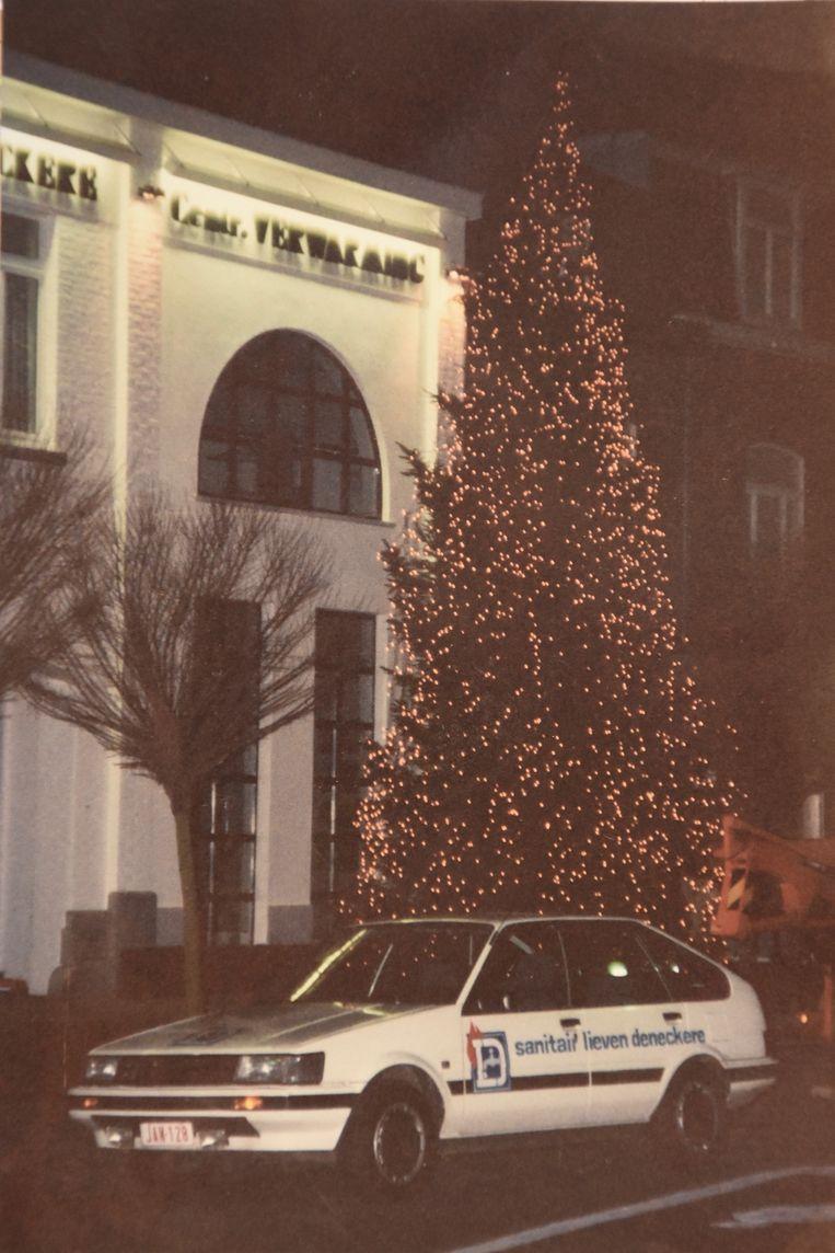 Ook in de jaren '90 stond er al een torenhoge kerstboom voor de zaak.