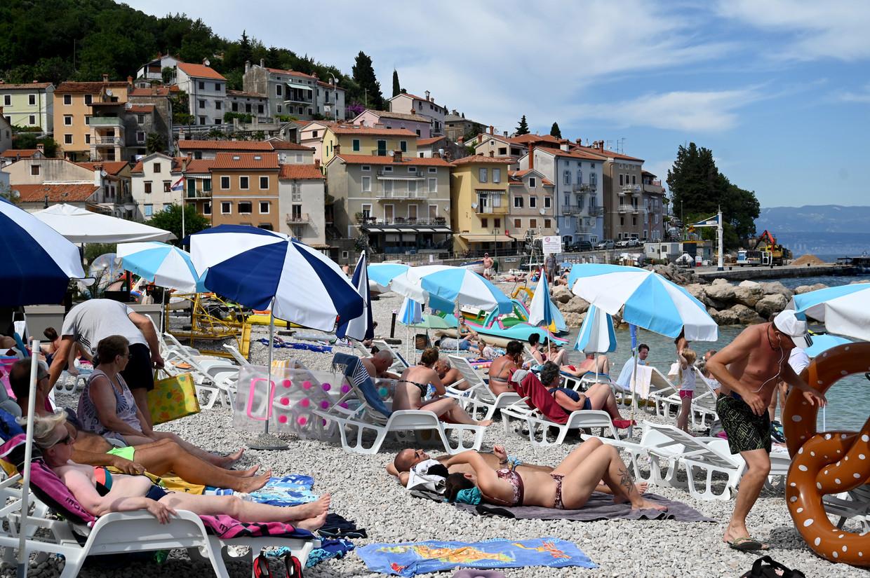 Het strand van het Kroatische Rijeka ligt alweer behoorlijk vol. Beeld Hollandse Hoogte/AFP