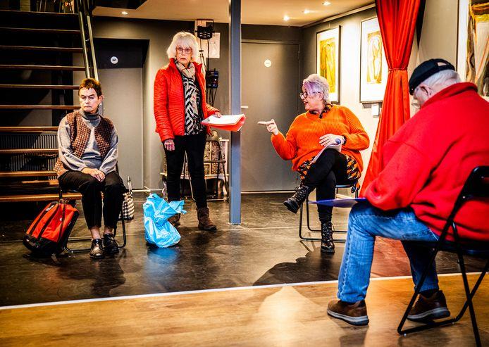 Leden  van het Theatercollectief Hoeksche Waard repeteren in kleine groepen onder leiding van regisseur Jan Roeland