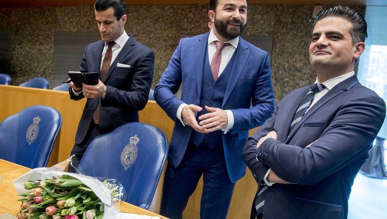 Farid Azarkan, Selcuk Ozturk en Tunahan Kuzu van Denk blijven staan uit protest tegen hun plek in de plenaire zaal tijdens de installatie van de nieuwe Kamerleden na de Tweede Kamerverkiezingen. Beeld anp