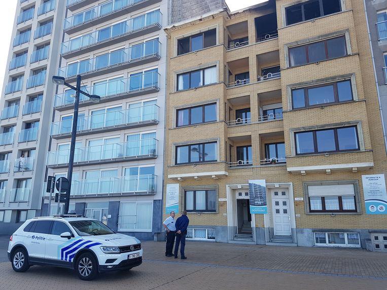 De politie van Middelkerke bij het gebouw op de zeedijk waar de brand woedde.